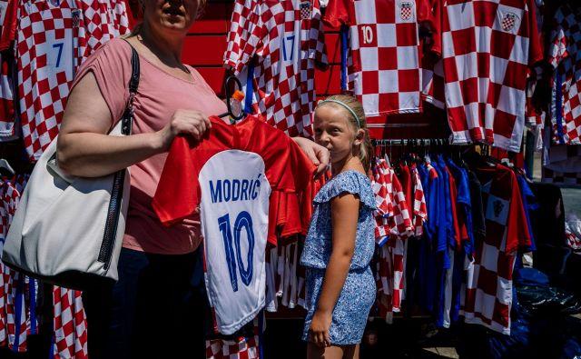V Zagrebu imajo te dni, tako je bilo tudi na to soboto pred finalom, prodajalci dresov in majic hrvaške nogometne reprezentance polne roke dela. FOTO: AFP