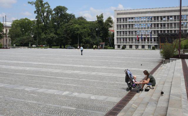 Trg republike danes in po nekaj letih, ko so z njega umaknili pločevino. FOTO Tomi Lombar
