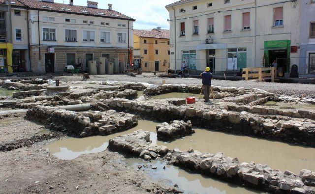Obsežne arheološke raziskave na Lavričevem trgu, kjer bodo najzanimivejše ostanke rimskih stavb ohranili v izvirniku. Fotografije Blaž Močnik