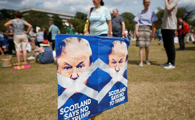 Več sto Trumpovih nasprotnikov se je zbralo tudi pred njegovima igriščema za golf v grofijah Ayrshire in Aberdeenshire. FOTO: Reuters