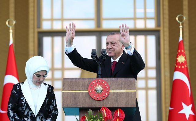 Turški predsednikRecep Tayyip Erdoğan je zaprisegel v družbi vedno primerno spodobno pokrite žene Emine. FOTO: AFP