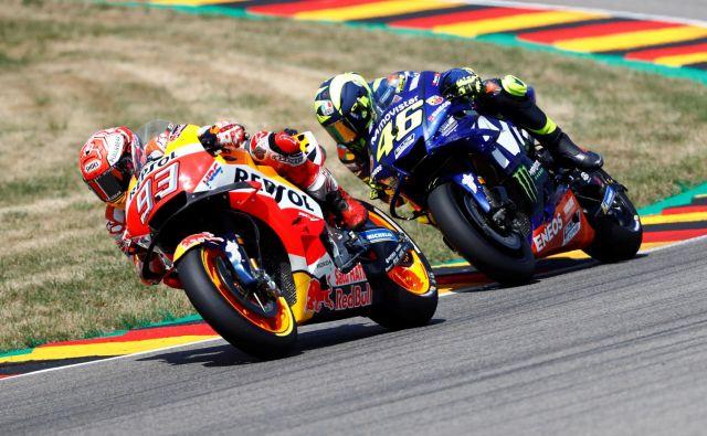 Valentino Rossi (desno) je po najboljših močeh ogrožal Marca Marqueza. Foto Reuters