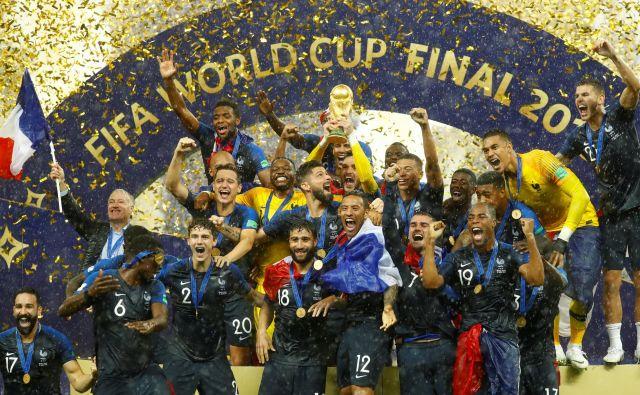Francozi so dvignili pokal svetovnih prvakov. FOTO: Reuters