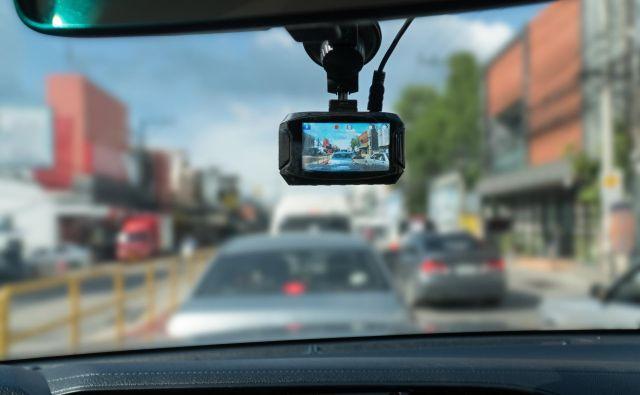 Z uporabo kamere v avtomobilu boste v Sloveniji hitro prestopili mejo dostojnega, še zlasti če boste posnetek objavili na družbenih omrežjih. FOTO: Shutterstock