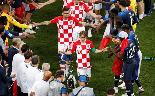 Hrvaška si je zabila prvi gol po podaji iz prostega strela, ki ga morda niti ni bilo, in drugega prejela iz enajstmetrovke, pa vendar je bila hrabra, dostojanstvena in njena uvrstitev v finale je bila čista kot solza. FOTO: Reuters
