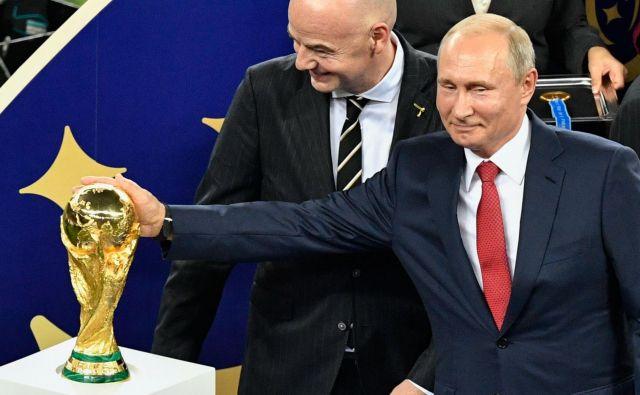 Vladimir Putin je tudi malce pobožal zmagovalni pokal. FOTO: AFP