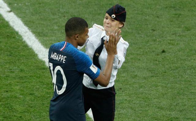 Francoski mladenič Kylian Mbappe je ostal miren in z eno deklet tlesknil z rokami. FOTO: AFP