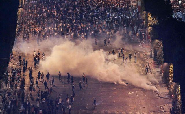 Policisti so si morali pomagati s solzivcem in vodnimi topovi. FOTO: AFP
