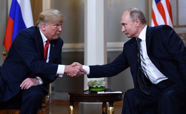 Srečanje voditeljev poteka v senci vložitve obtožnic v ZDA proti 12 ruskim obveščevalcem zaradi vdorov v računalnike demokratske stranke. FOTO: Brendan Smialowski/AFP