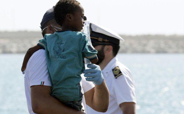 Italija bo po obljubi drugih evropskih držav, da bodo sprejele migrante, dovolila vplutje Frontexovih ladij. FOTO: Francesco Ruta/AP