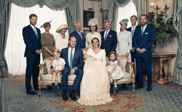 Britanska kraljeva družina se je zbrala na zasebnem obredu, kjer so pretekli ponedeljek krstili tretjega otroka princa Williama in njegove žene Kate. FOTO: Matt Holyoak, AP