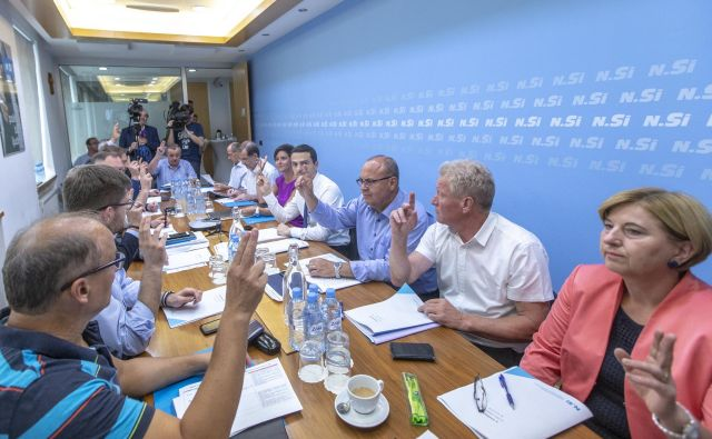 Izvršilni odbor NSi razpravlja o koalicijski pogodbi. FOTO:Voranc Vogel/Delo