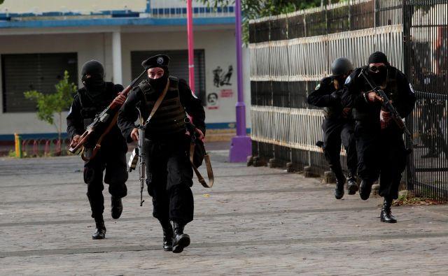 Pripadniki posebnih enot v pripravah na spopad z nasprotniki Ortegovega režima blizu mesta Monimbo v regiji Masaya. FOTO: Reuters