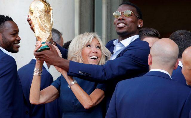 Paul Pogba (s francosko prvo damo) velja za enega glavnih zabavljačev v reprezentanci. FOTO: Philippe Wojazer/Reuters