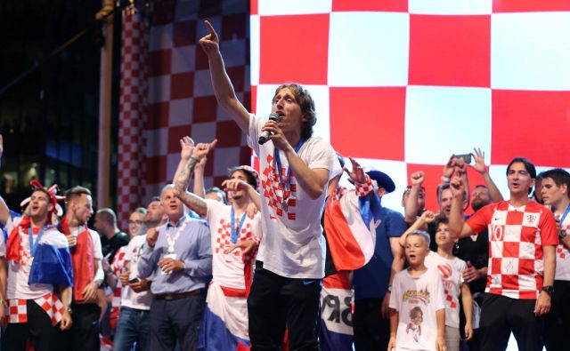 Luka Modrić je zapel skupaj z navijači. FOTO: Reuters/Antonio Bronic
