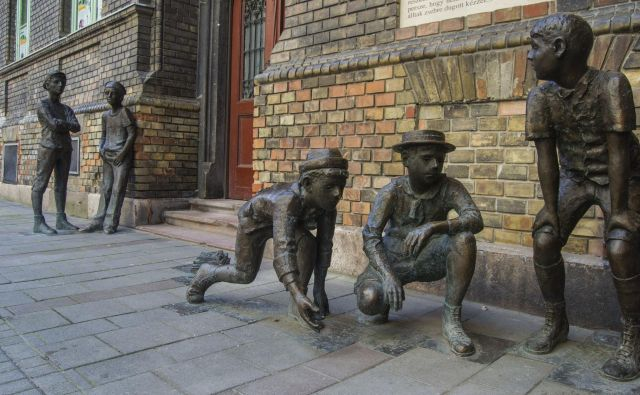 Če se boste sprehajali po Budimpešti, boste morda naleteli na bronaste kipe dečkov iz Pavlove ulice.