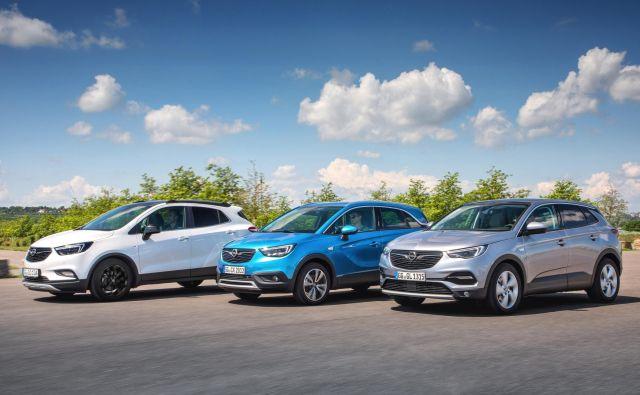 Mokka X, crossland X in grandland X (z leve proti desni) so trije Oplovi športni terenci, ki so letos prvič vsi naprodaj v celotnem koledarskem letu. Njihovo motorno paleto so osvežili tudi in predvsem v skladu s prenovljeno zakonodajo, povezano z izpusti. FOTO: Opel