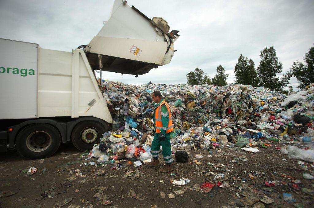 Ministrstvo čaka, kupi odpadkov ostajajo