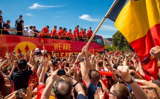 """""""Rdeče hudiče"""" je v nedeljo v središču Bruslja pričakala več tisočglava množica navijačev. FOTO: Hatim Kaghat/AFP"""