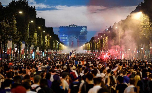 Ljudje so na ulicah slavili zmago svojih nogometašev. FOTO: Eric Feferberg/AFP