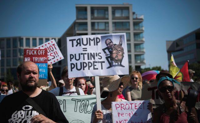 V Helsinkih se je tudi včeraj na ulicah zbralo več sto protestnikov, ki so izražali nezadovoljstvo s politiko, ki jo vodi Donald Trump. FOTO: AFP