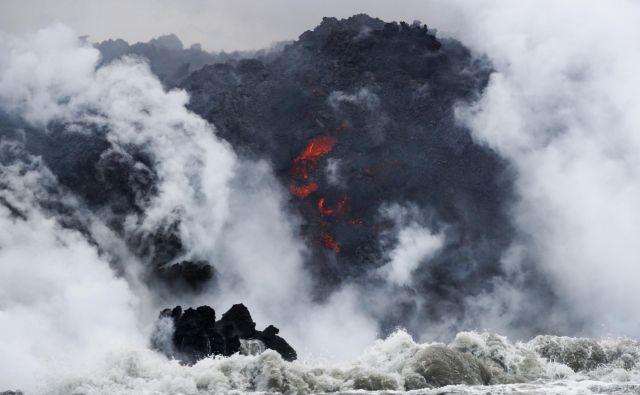Oblasti opozarjajo na nevarnosti ogledovanja vulkanov. FOTO: Jae C. Hong/AP