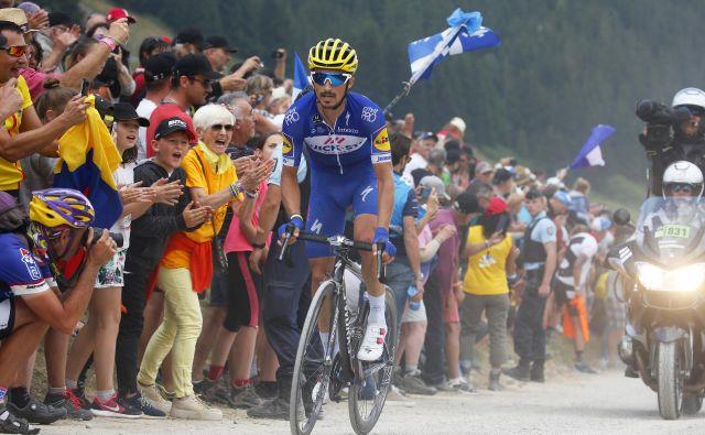 Julian Alaphilippe pred množico navdušenih francoskih navijačev. FOTO: AP