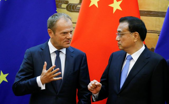 Dokler nimamo nove ureditve, je dolžnost velikih sil, da ohranjajo sedanjo in jo reformirajo tako, da lahko čim bolje prenese izzive sodobnega sveta, je na vrhu dejal predsednik evropskega sveta Donald Tusk (levo). Na fotografiji desno: kitajski premier Li Keqiang. FOTO: Reuters