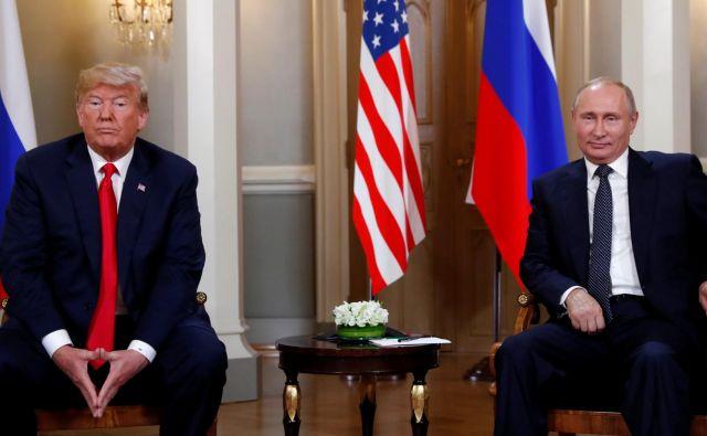 Ruski predsednik Vladimir Putin in predsednik Združenih držav Amerike Donald Trump se rokujeta na vrhunskem srečanju v Helsinkih. FOTO: Reuters