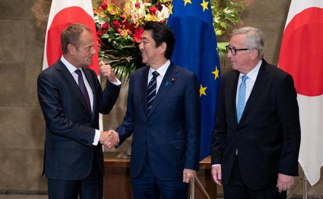 Japonski premier Šinzo Abe skupaj s predsednikoma evropskega sveta Donaldom Tuskom in evropske komisije Jeanom-Claudeom Junckerjem. FOTO: Reuters