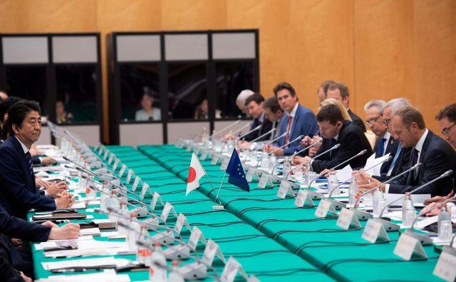 Vrh EU-Japonska je verjetno dosegel namen s tem, da je ustvaril velik kontrast s kontroverzno Trumpovo trgovinsko politiko. FOTO: Reuters