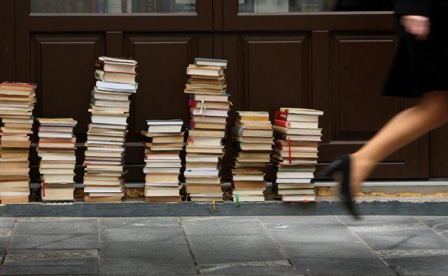 Če bi med zapisi na forumih naredili korenito selekcijo, bi dobili drobno knjižico na tanki meji med fikcijo in nefikcijo, a ravno prav umetniško za alternativno Nobelovo nagrado. FOTO: Jure Eržen/Delo