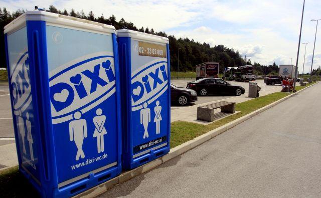 Premično kemično stranišče na avtocestnem bencinskem servisu Radovljica si po mnenju našega sogovornika za čistočo zasluži oceno devet na lestvici do deset. FOTO:Roman Šipić/Delo