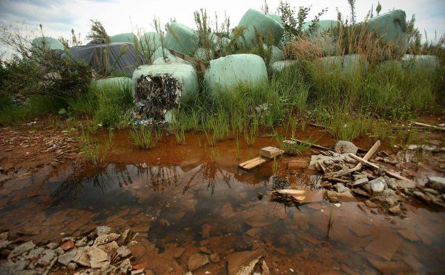 Okoli razpadajočih odpadkov se nabira onesnažena voda, ki odteka v podtalnico in na bližnja kmetijska zemljišča. FOTO: Jure Eržen