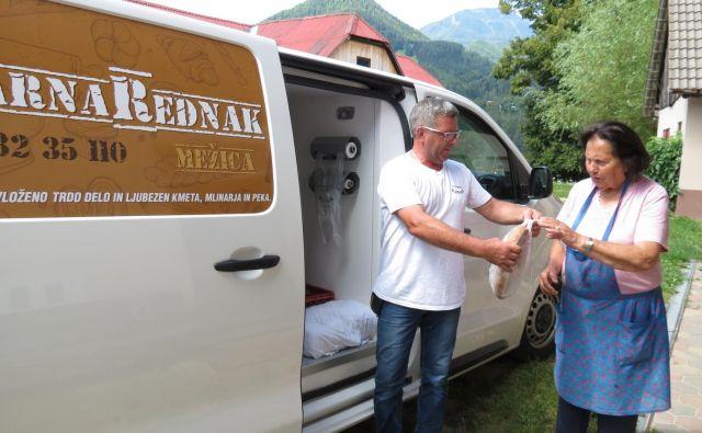 Rednakova potujoča trgovina k Stariju nad Mežico pripelje kruh in pekovske izdelke dvakrat na teden. FOTO: Mateja Kotnik