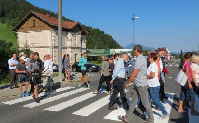 Zaradi protesta so nastale več kilometov dolge kolone v obe smeri. FOTO: Mateja Kotnik