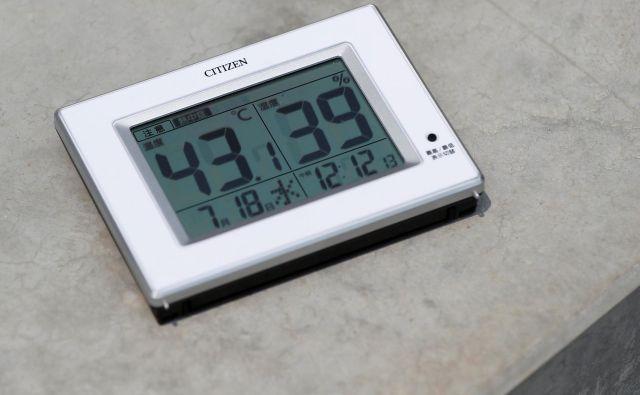 Po napovedih naj bi se v številnih predelih države danes živo srebro povzpelo do 40 °C. FOTO: Issei Kato/Reuters