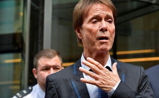 Cliff Richard je bil ob odhodu s sodišča vidno ganjen. FOTO: Reuters
