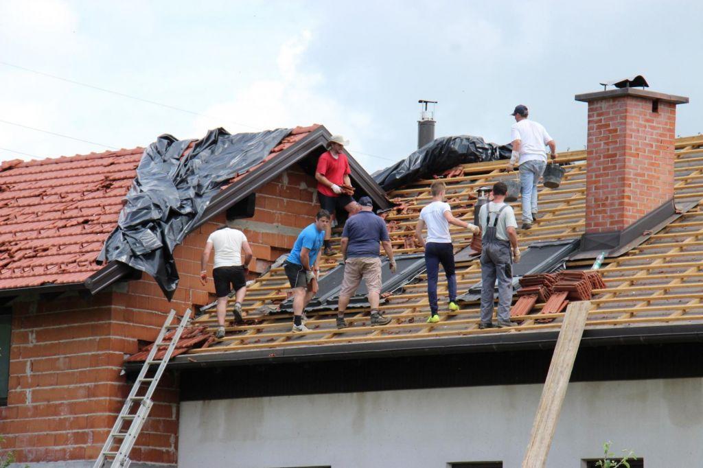 Tridesetletnik po padcu s strehe umrl