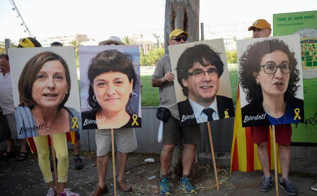 Podporniki nekdanjih katalonskih voditeljev na sobotnih demonstracijah v Barceloni. FOTO: Josep Lago/AFP