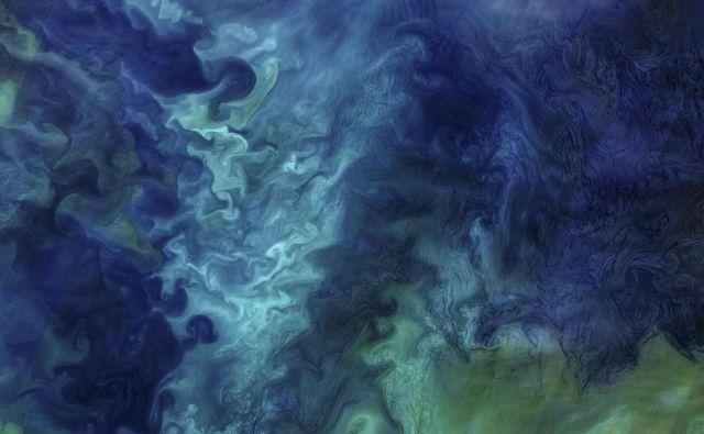 Nasina satelitska slika prikazuje Čukčijsko morje ob obali Aljaske s fitoplanktonom, ki oblikuje vzorce modre in zelene morske vode. FOTO: Ho/AFP