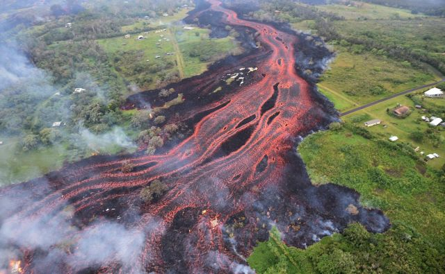 Lava se pretaka iz razpok v bližini podeželskega mesteca Pahoa na Havajih. Mestece služi kot prehod v Nacionalni park vulkanov na Havajih, ki je običajno najbolj priljubljena turistična destinacija, vendar je zaradi bruhajočega vulkana za nedoločen čas zaprt.Foto Ap