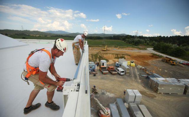 Proizvodnja in gradbeništvo se zadnje mesece spet krepita: na sliki gradbišče tovarne Yaskawe v Kočevju. FOTO: Jure Eržen