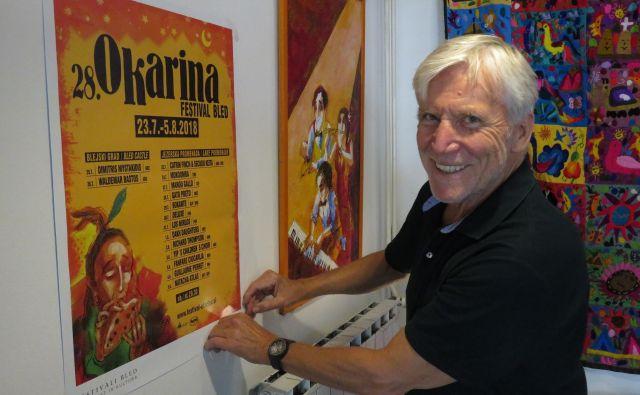 Leo Ličof, umetniški vodja festivala Okarina med obešanjem plakata za prihajajoči festival Foto Blaž Račič/Delo