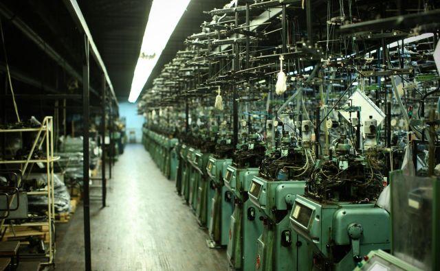 Pletilnica, kjer so včasih delali v treh izmenah in je brnelo več sto strojev hkrati, je povsem prazna že nekaj dni, večina strojev je utihnila že davno. FOTO: Jure Eržen/Delo