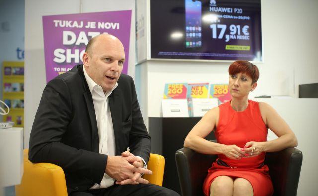 Adrian Ježina in Ditka Maučec ob odprtju nove poslovalnice družbe Telemach na Slovenski cesti. FOTO: Jure Eržen/Delo
