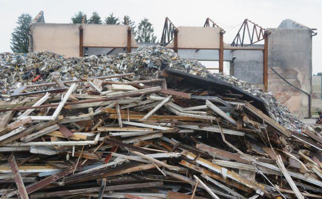 Saga s kupi razpadajočih odpadkov na pogorišču, ki so si ga skupaj z bližnjim zemljiščem za svojo deponijo zdaj izbrali še lokalni gradbinci, se nadaljuje. FOTO: Simona Fajfar