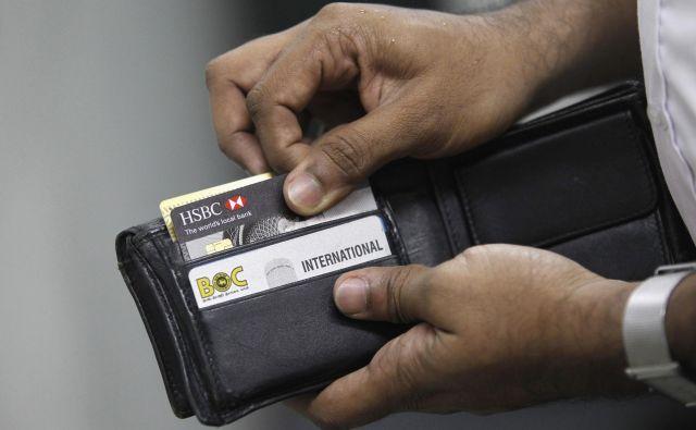 Preden se odpravite na dopust preverite veljavnost vaših plačilnih kartic in višino razpoložljivega limita. FOTO: Dinuka Liyanawatte/Reuters