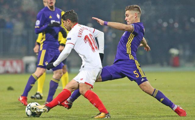 Blaž Vrhovec (desno) je nazadnje igral z Mariborom na evropski sceni decembra lani v ligi prvakov proti Sevilli.<br /> FOTO Tadej Regent