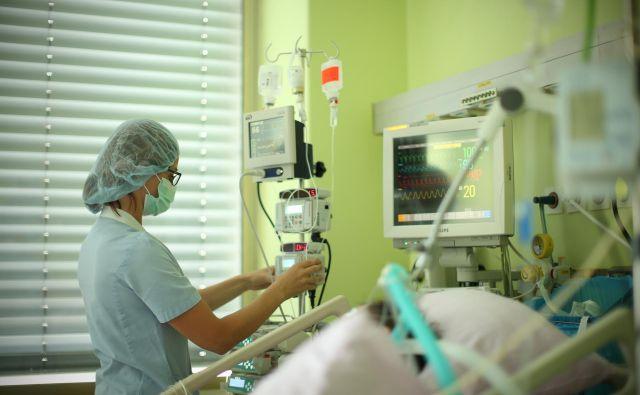 UKC Ljubljana zaradi kadrovske stiske pet intenzivnih postelj zaprl, pošiljajo mu pa še bolnike iz UKC Maribor. Foto Jure Eržen/Delo